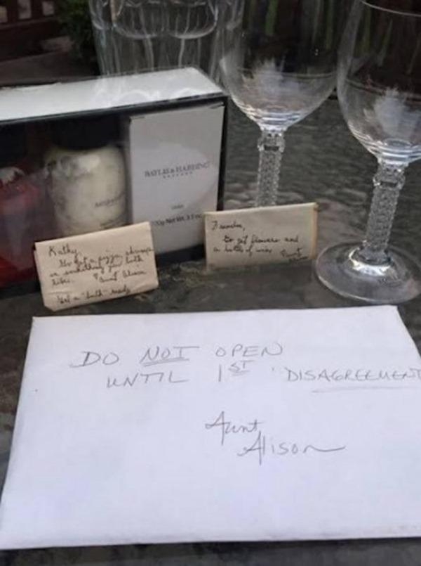 Спустя 9 лет после свадьбы пара нашла не распакованный подарок со свадьбы. И он оказался самым ценным!
