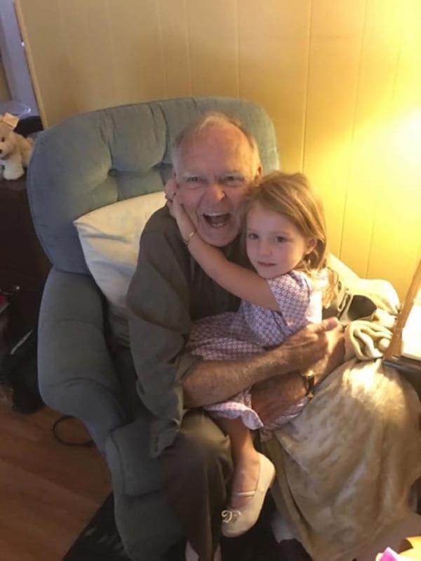 """4-летняя девочка в магазине назвала одинокого дедушку """"Старым"""". Никто не ожидал того, что он скажет в ответ"""