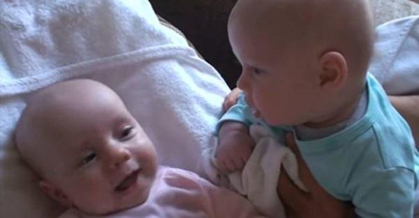 Общающиеся между собой 2 младенца покорили интернет! Смотрите, какая милота!