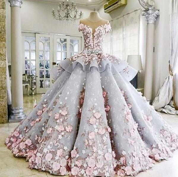 В складках этого шикарного платья спрятан удивительный секрет! Сложно понять сразу в чем дело!
