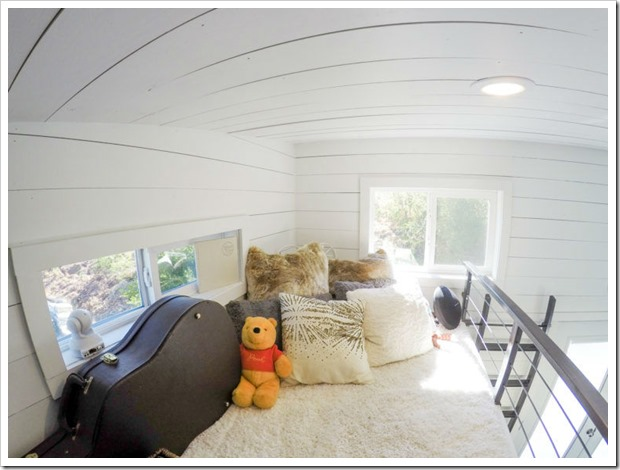 Внутри небольшого дома просторные хоромы! Это невероятно! Изнутри больше, чем снаружи
