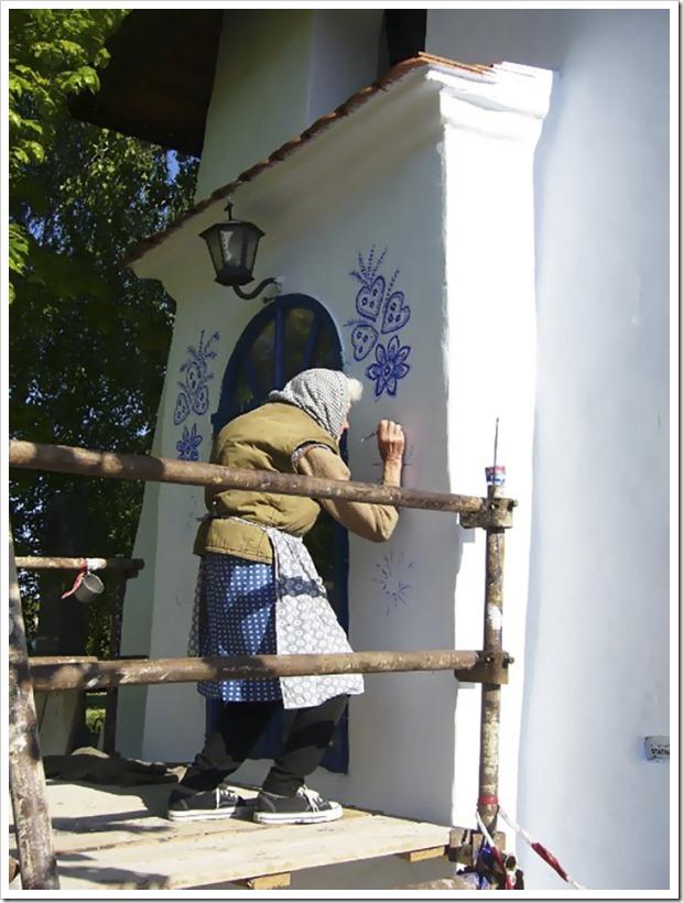 Целая деревня была превращена в художественную галерею 90-летней чешской бабушкой