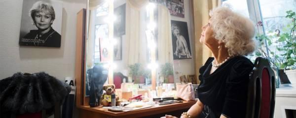"""Звезда """"Служебного романа"""" Светлана Немоляева удивила публику новым выходом в свет"""