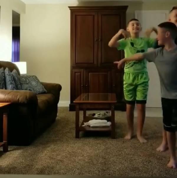 Три мальчика приготовили подруге отца самый трогательный подарок