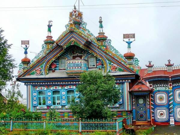 Русский умелец превратил обычный деревенский домик в настоящий терем из сказки