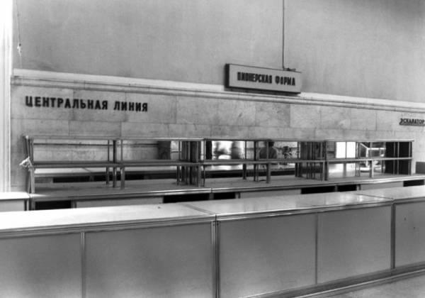 Пустые полки, дефицитный товар и грустные продавцы: жизнь советских людей в конце 80-х