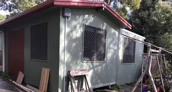 Оставшись без крыши над головой после развода, женщина построила небольшой дом себе и детям