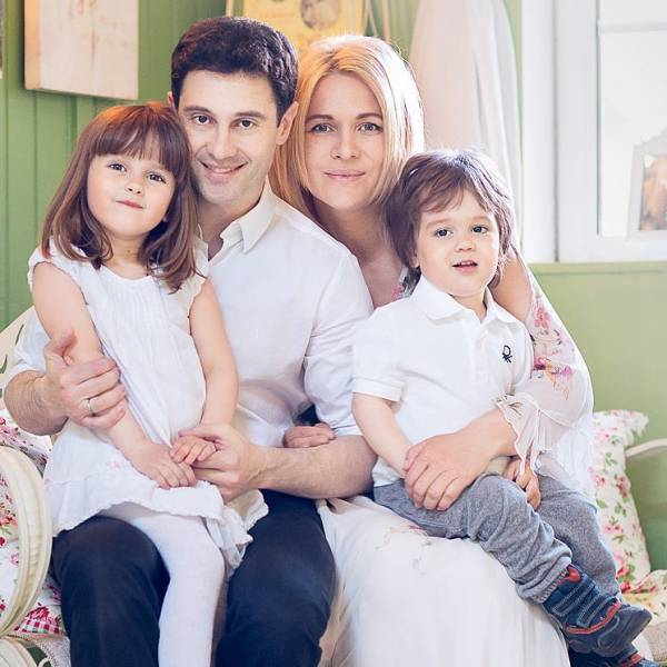 Дети Антона Макарского серьезно больны: жена Виктория просит помолиться об их здоровье