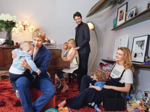 Семья в сборе: Наталья Водянова порадовала редкими кадрами с пятью детьми и возлюбленным