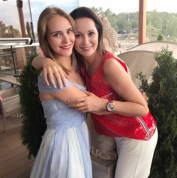 Заметно помолодевшая Ольга Кабо на новых снимках выглядит ровесницей своей 19-летней дочери