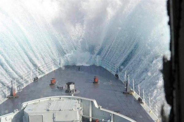 Вот что происходит внутри лайнера во время сильного шторма