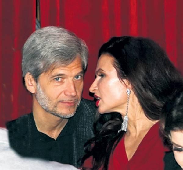 Снова влюблена: после тяжелого развода Бледанс впервые вывела в свет симпатичного мужчину
