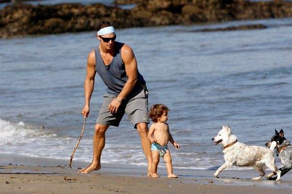 Крутые и брутальные мужчины, которые совершенно не стесняются проявлять свои отцовские чувства! Быть звездой в семье — вот главное! (29 фото)