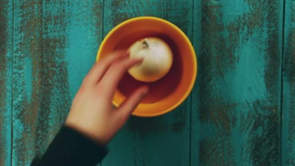 Берем отвертку и два раза протыкаем луковицу. Вы не поверите, что произойдет через 30 минут! Как такое возможно?!