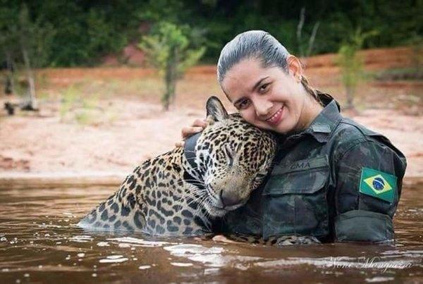 Они не думали о своей безопасности, они спасали тонущего ягуара