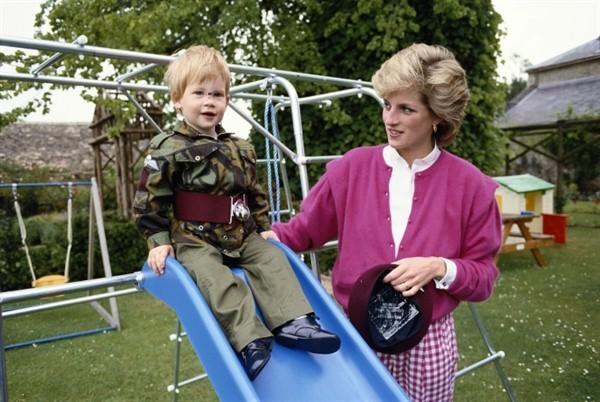 От порога роддома до алтаря. Вся жизнь младшего сына принцессы Дианы в фотографиях (35 фото)