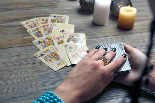Как научиться гадать на обычных картах?