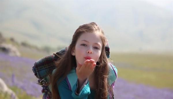 Помните маленькую дочку Беллы из фильма «Сумерки»? Посмотрите, как она выглядит теперь!