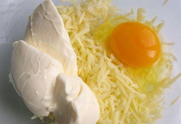 Она смешала натертый картофель с сыром и чесноком и отправила в духовку. Так просто, но безумно вкусно!