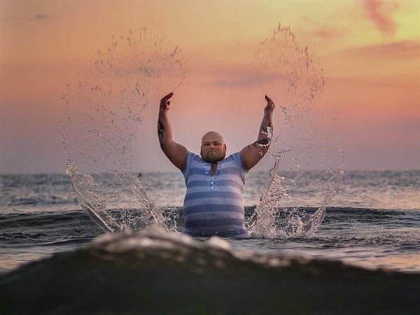 Фотограф создал забавный проект, высмеивающий типичные пляжные фото. Девчонки обязательно узнают в них себя